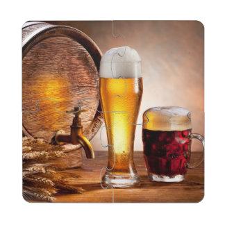 Bierfaß mit Biergläsern auf einer hölzernen Puzzle Untersetzer