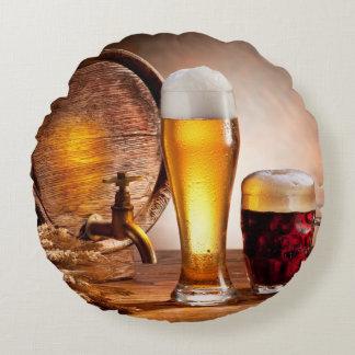Bierfaß mit Biergläsern auf einer hölzernen Rundes Kissen