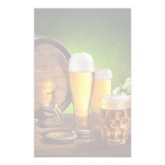 Bierfaß mit Biergläsern auf einer hölzernen Tabell Bedrucktes Papier