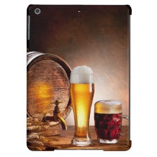 Bierfaß mit Biergläsern auf einer hölzernen Tabell iPad Air Hülle