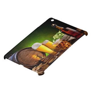 Bierfaß mit Biergläsern auf einer hölzernen Tabell Hüllen Für iPad Mini