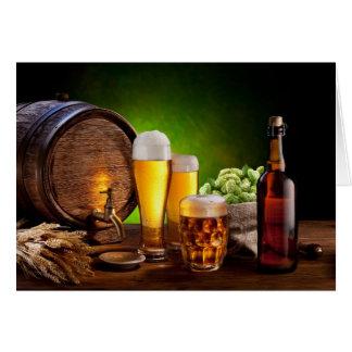 Bierfaß mit Biergläsern auf einer hölzernen Tabell Karte