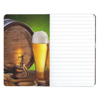 Bierfaß mit Biergläsern auf einer hölzernen Tabell Notizbuch