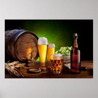 Bierfaß mit Biergläsern auf einer hölzernen Tabell Plakat