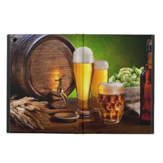 Bierfaß mit Biergläsern auf einer hölzernen Tabell