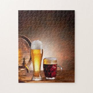 Bierfaß mit Biergläsern auf einer hölzernen Tabell Foto Puzzles
