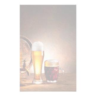 Bierfaß mit Biergläsern auf einer hölzernen Tabell Individuelle Büropapiere