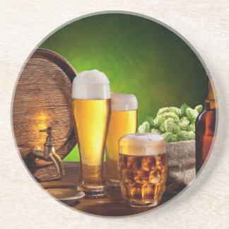 Bierfaß mit Biergläsern auf einer hölzernen Untersetzer