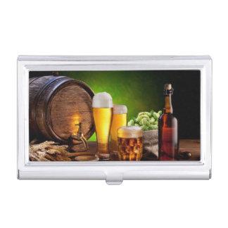 Bierfaß mit Biergläsern auf einer hölzernen Visitenkarten-Schatullen