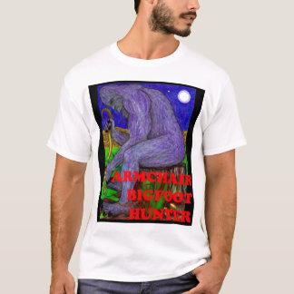 Bigfoot, der auf einem Stumpf sitzt T-Shirt