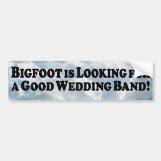 Bigfoot, der nach dem guten Hochzeits-Band - Autoaufkleber
