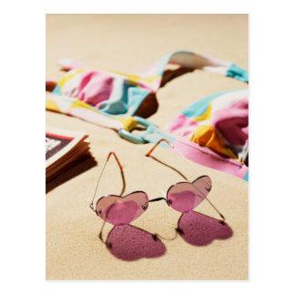 Bikini-Spitzen-und Herz-Form-Sonnenbrille auf Postkarte