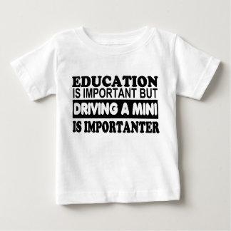 Bildung ist wichtig aber, fahrend ein Mini… Baby T-shirt
