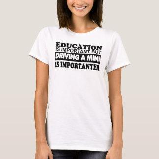 Bildung ist wichtig aber, fahrend ein Mini… T-Shirt
