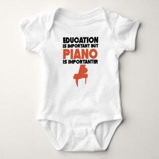 Bildung ist wichtig, aber Klavier ist Importanter Baby Strampler