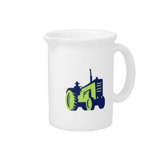 Bio Bauer, der Vintagen Bauernhof-Traktor fährt Getränke Pitcher