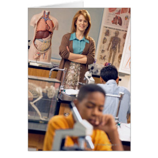Biologielehrer stehend in der Klasse Karte