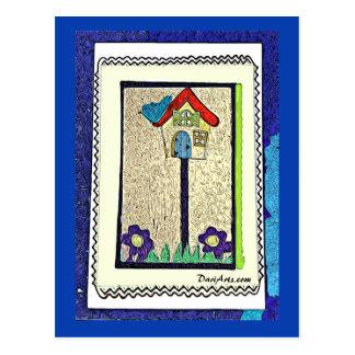 Birdhouse, blauer Vogel und lila Blumenpostkarte Postkarte