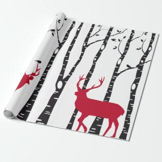 Birkenbäume mit roten Weihnachtsrotwild und Geschenkpapierrolle