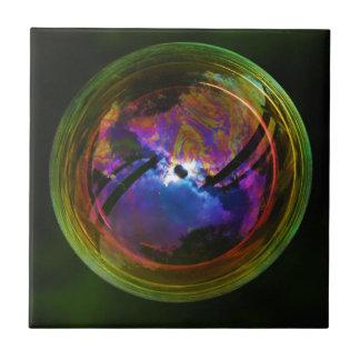 Blase, die auf schwarzen Hintergrund schwimmt Kleine Quadratische Fliese