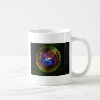 Blase, die auf schwarzen Hintergrund schwimmt Tasse