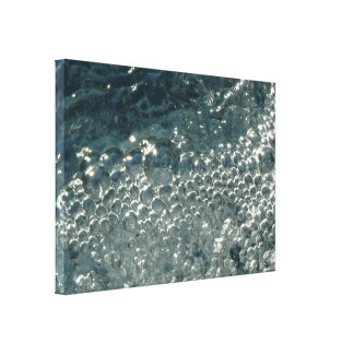 Blasen auf Pool-Wasser-Glitzern unter einem hellen Leinwanddruck