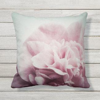 Blasse Kamelien-Blume mit Kopienraum Kissen Für Draußen
