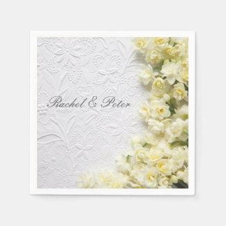 Blasse Narzissen-Blumen auf Serviette