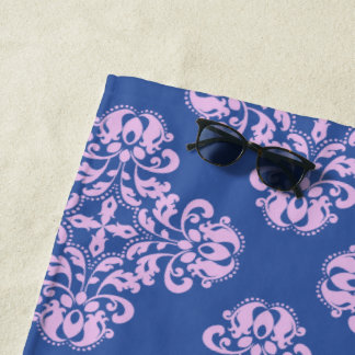 Blasses Lavendeldamastmuster auf Blau Strandtuch