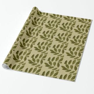 Blätter auf grüner Geschenkverpackung Geschenkpapier