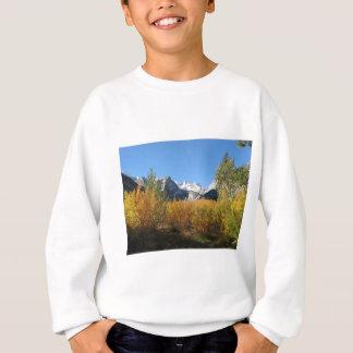 Blätter, das mit schneebedeckten Bergen ändert Sweatshirt