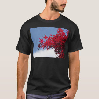Blätter des roten Ahorns gegen den blauen Himmel T-Shirt