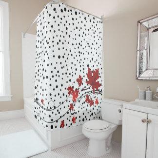 Blätter des roten Ahorns und schwarze Polkapunkte Duschvorhang