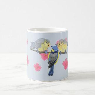 Blau-Tit und Küken unter rosa Kirschblüte Kaffeetasse