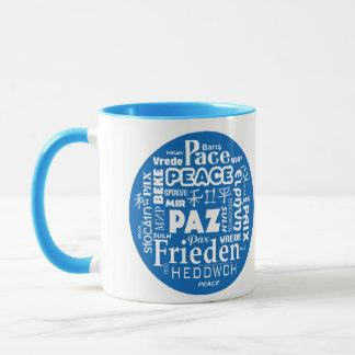 Blau-/weißerangeredeter Tassenfrieden in den Tasse