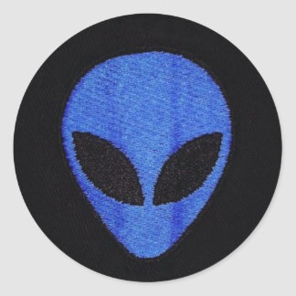 Blaue aliengesichtsaufkleber runder aufkleber