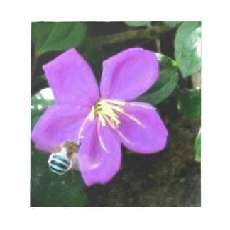 Blaue Biene und Blume Notizblock