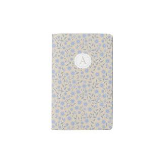 Blaue Blumen auf Beige mit Monogramm Moleskine Taschennotizbuch