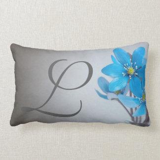 Blaue Blumen-graues Monogramm-Kissen Lendenkissen