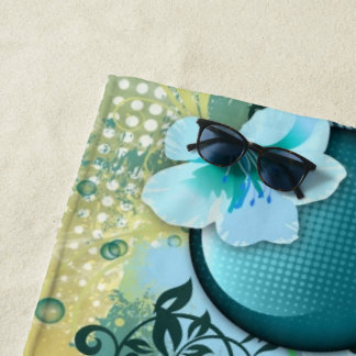 Blaue Blumen in abstraktem Strandtuch