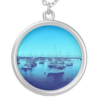 Blaue Boote auf blauer Bucht Versilberte Kette