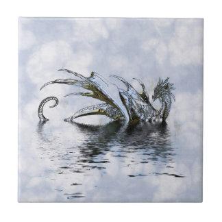 Blaue Drache-Illustration in den Wolken und im Keramikfliese