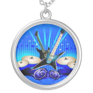 Blaue elektrische Gitarren, Trommeln u. Versilberte Kette