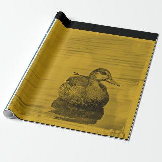 Blaue Ente des Goldn auf Geschenkpapierrolle