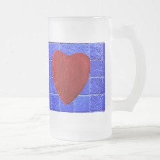Blaue Fliesen Hintergrund mit Herz Mattglas Bierglas