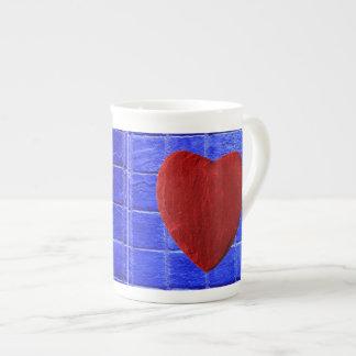 Blaue Fliesen Hintergrund mit Herz Porzellantasse