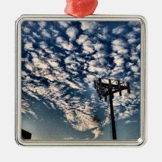 Blaue Himmel mit zerstreuten Wolken - HDR Quadratisches Silberfarbenes Ornament