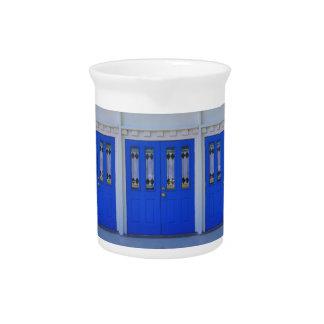 Blaue Kapellen-Tür Getränke Pitcher