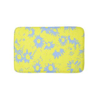 Blaue Kegel-Blumen mit gelbem Hintergrund Badematte