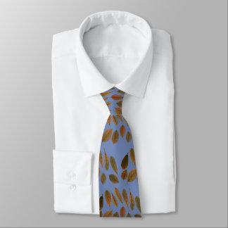 Blaue Krawatte mit den trockenen braunen Blättern